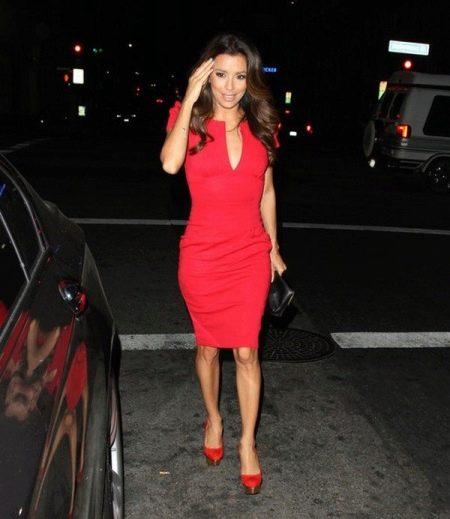 Коралловое платье с красными туфлями