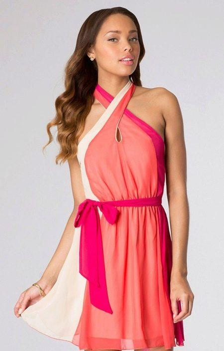 Коралловое платье средней длины