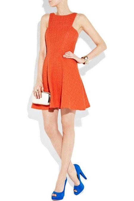 Синие туфли с коралловым платьем