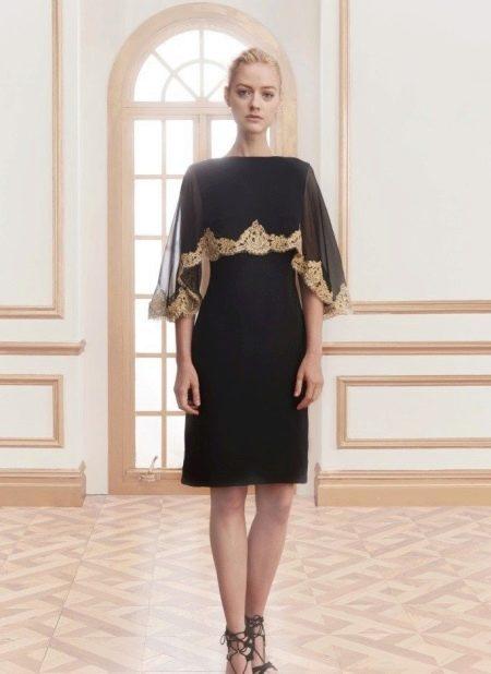 Короткое вечернее платье с пелериной