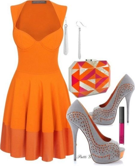 Оранжевое платье с серыми туфлями