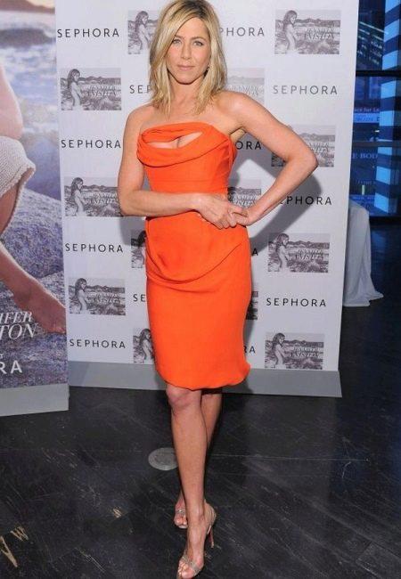 Платье оранжевого цвета для блондинки