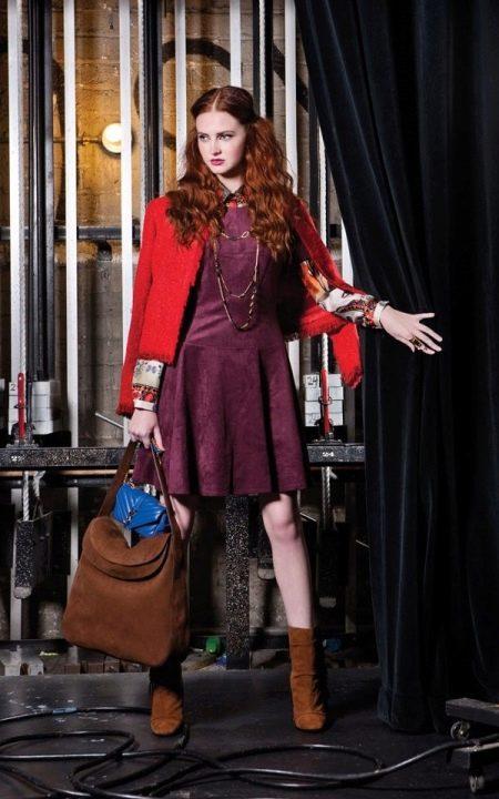 Платье цвета баклажан в сочетание с красным жакетом