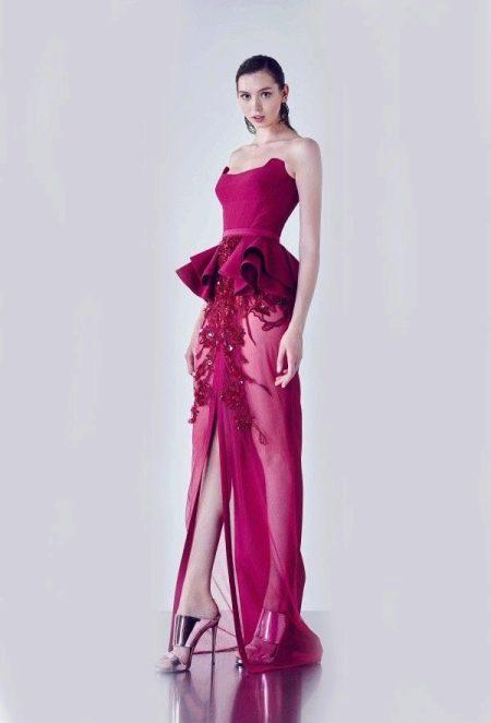 Платье цвета фуксии с серебристыми босоножками на высоких каблуках