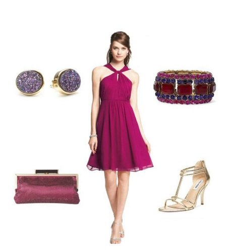 Платье цвета фуксии с фиолетовыми аксессуарами