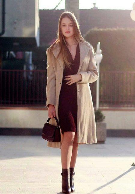Повседневный вариант одежды с платьем марсала