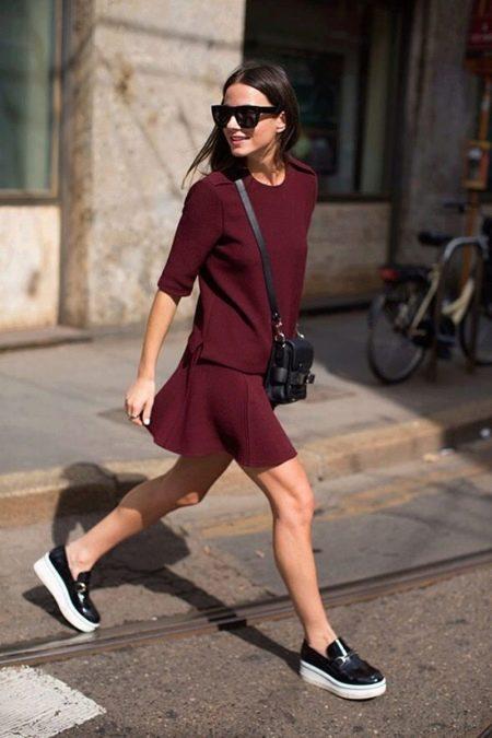 Короткое платье на каждый день цвета марсала