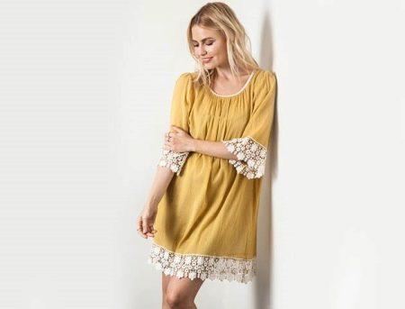 Горчичное платье для блондинок приглушенного цвета