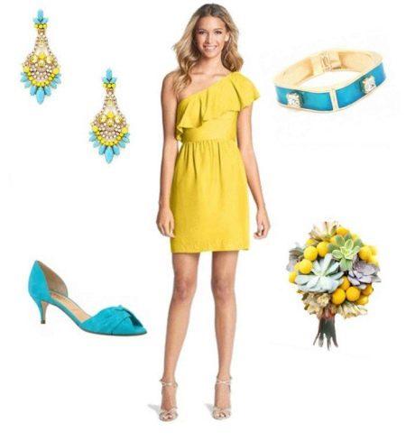 Горчичное платье с бирюзовыми аксессуарами цвета морской волны