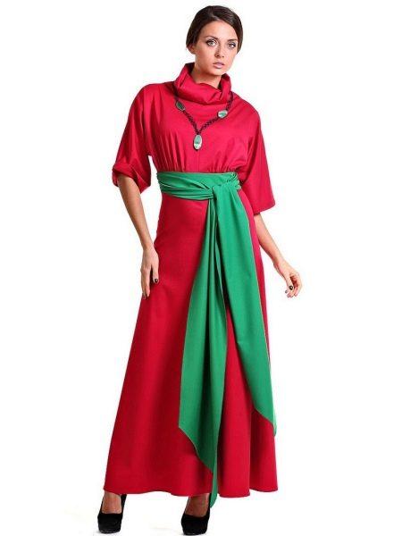 Малиновое платье с зелёным пояском и ожерельем