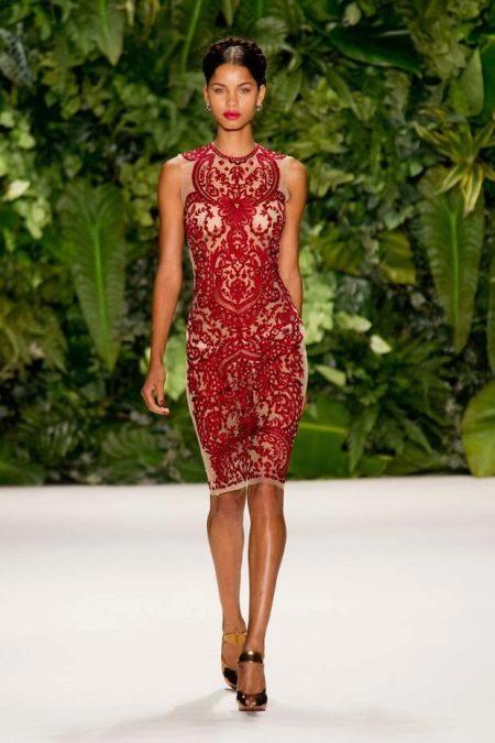 Малиновое платье с бежевыми вставками