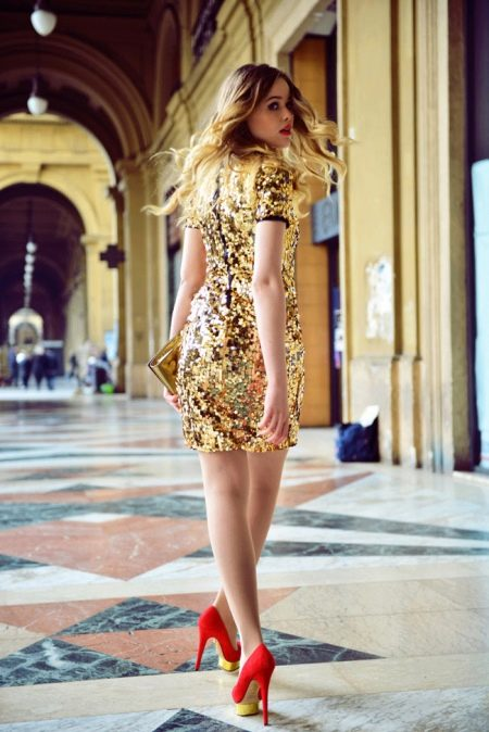 Золотое платье и красные туфли