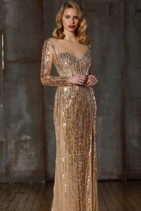 Длинное золотое платье с рукавом