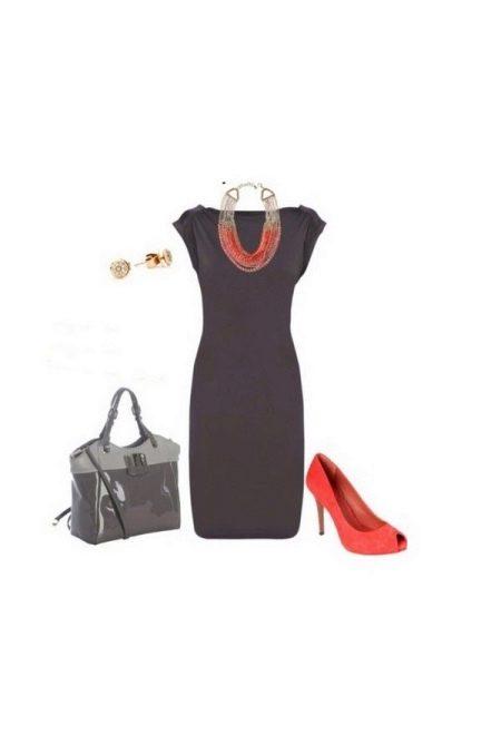 Серое платье с коралловыми туфлями