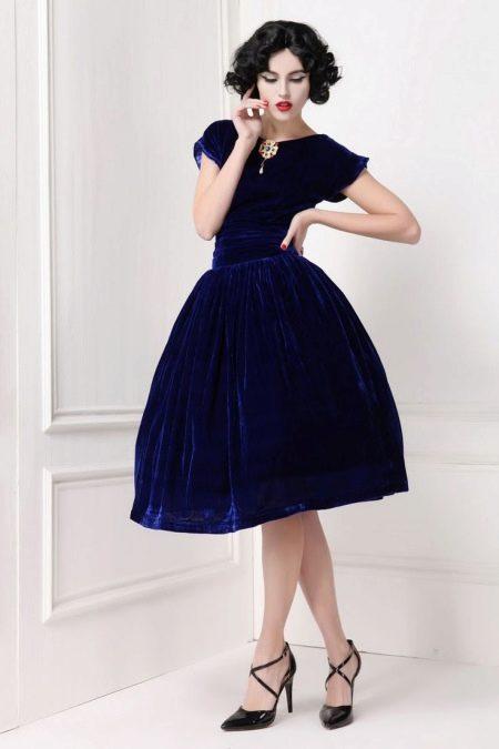 Темно-синее бархатное платье