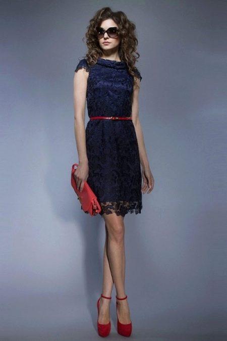 Темно-синее платье с красными аксессуарами