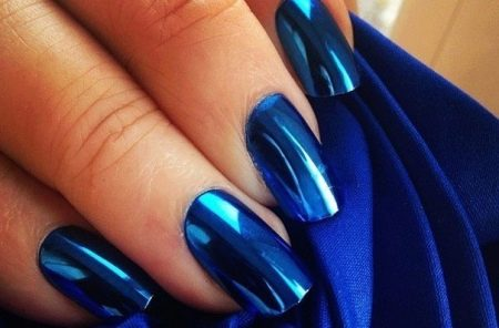 Синий лак для маникюра к темно-синему палтью