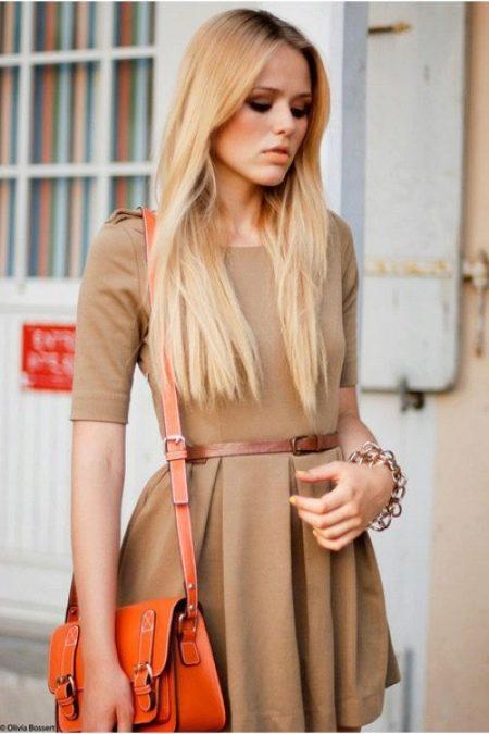 Бежевое платье под золотистые волосы