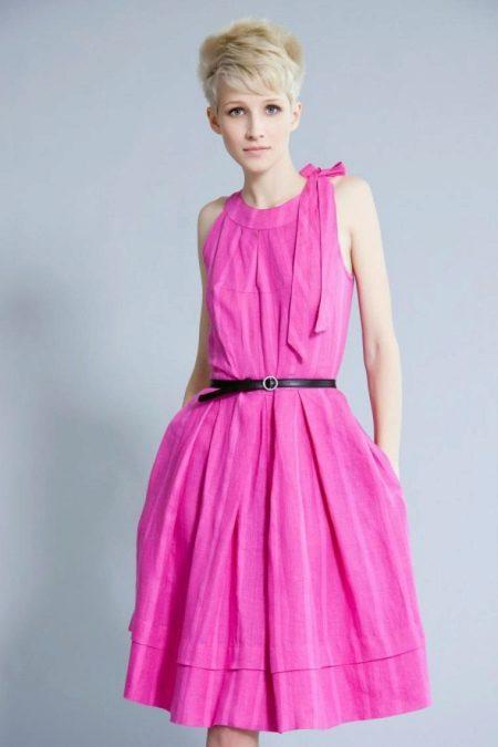 Розовое платье с черным поясом