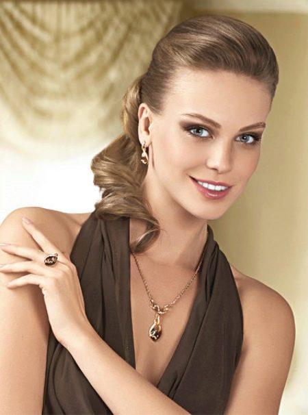 Нейтральный макияж к коричневому платью