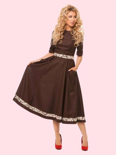 Красные туфли под коричневое платье