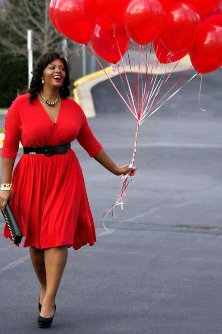 Красное платье в сочетание с черными туфлями, сумочкой, ремнём для полных женщин
