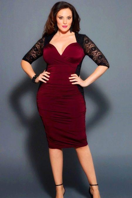 Красное платье в сочетание с черными гипюровыми рукавами для полных женщин