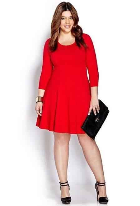 Красное платье средней длины с рукавом три четверти для полных женщин