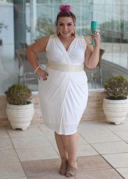 Белое обтягивающее платье для полной невысокой женщин