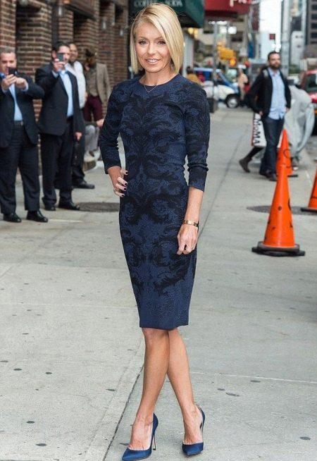Синее офисное платье с черным узором