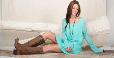Короткое платье цвета морской волны с коричневыми сапогами