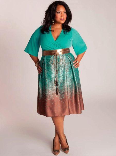 Двухцветное платье для полных с контрастной юбкой