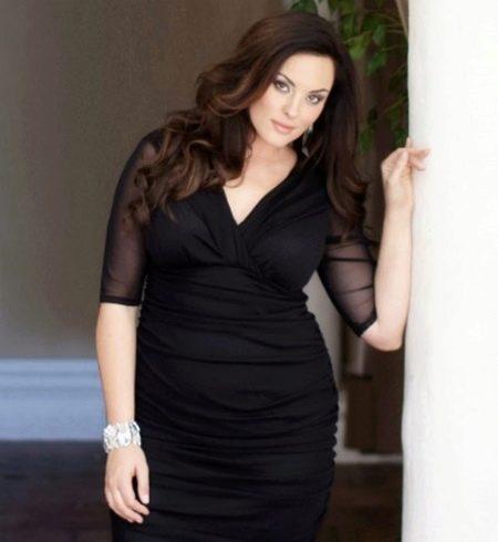 Черное платье-футляр с V-образным вырезом для полных