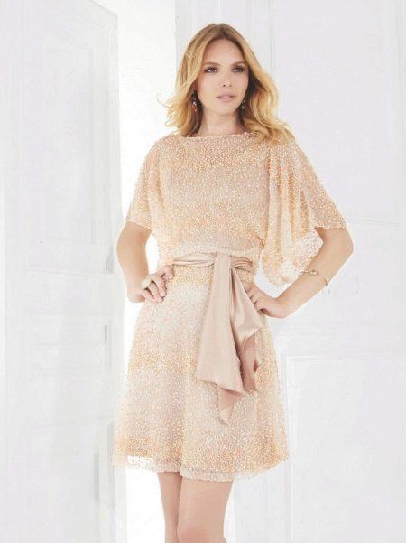Персиковое платье с широким рукавом