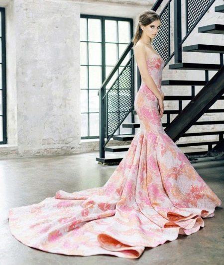 Персиково-розовое платье
