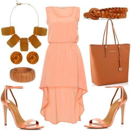 Персиковое платье с коричневыми аксессуарами