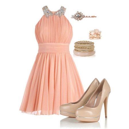 Персиковое платье с бежевыми аксессуарами