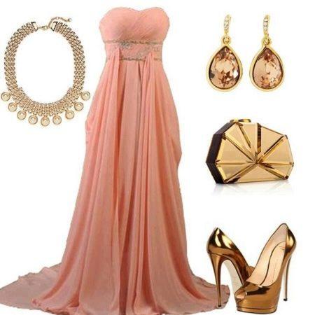 Золотые украшения к персиковому платью