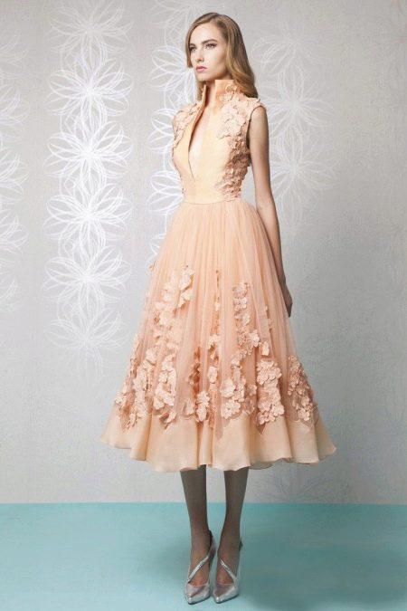 Персиковое платье с серыми туфлями