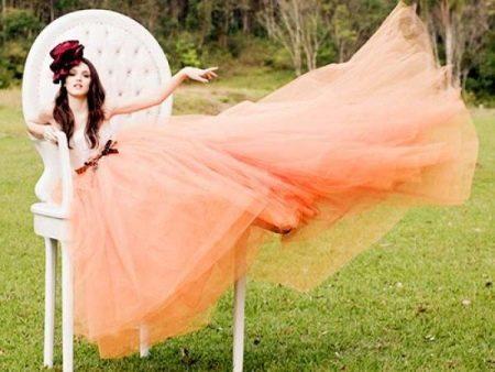 Пышное платье персикового цвета