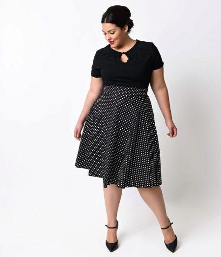 Черное платье в горошек с завышенной талией для полных