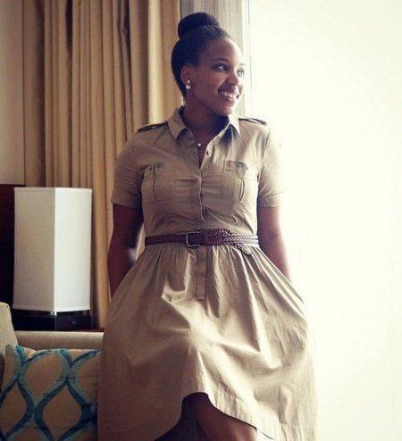 Бежевое платье сафари с кожаным ремнем для полных