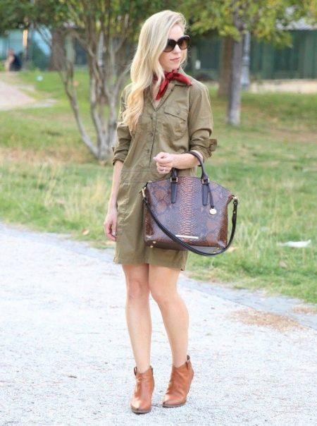 """Платье цвета хаки в стиле сафари с красным шейным платком, кожаной объемной сумкой и ботинками """"казаками"""""""