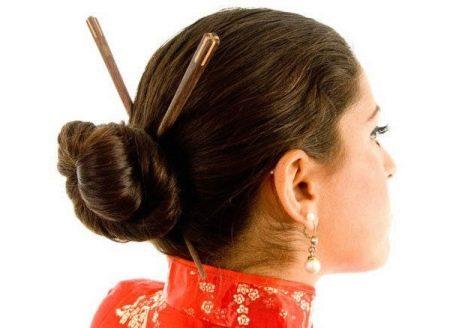 Прическа в китайском стиле с палочками
