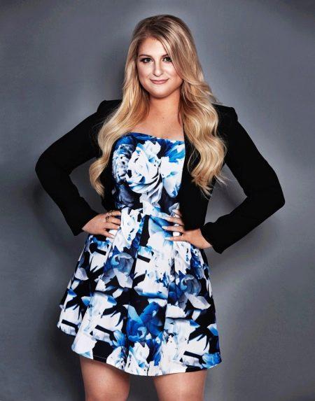 Цветочное платье короткое большого размера