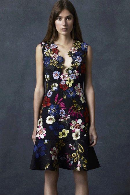 Короткое черное платье с цветочным принтом
