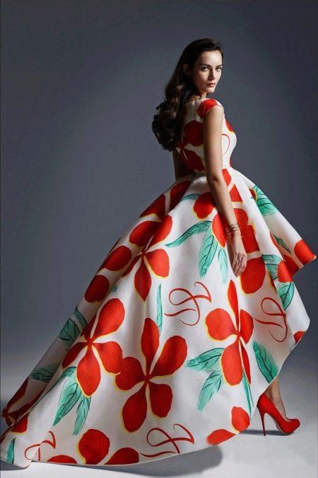 Платье с крупным цветочным принтом  короткое спереди длинное сзади