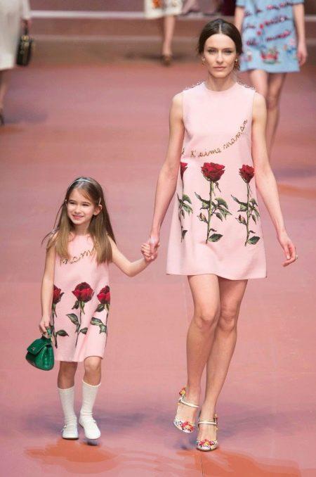 Розовое платье с цветочным принтом