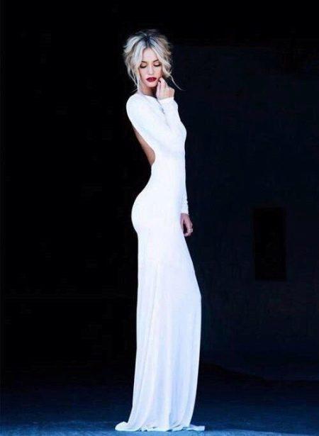 Длинное белое приталенное платье