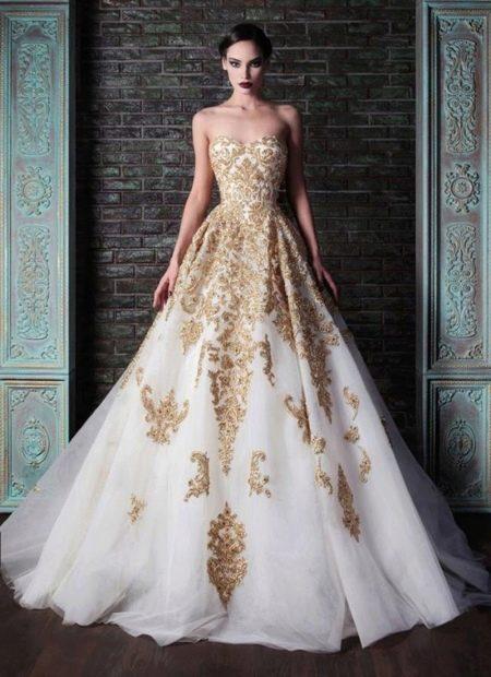 Пышное длинное белое платье в пол с кружевом